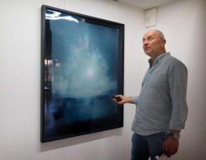 Patrick Delat, directeur de la Villa Pérochon devant Héliographie #29 de Jean-Gabriel Lopez